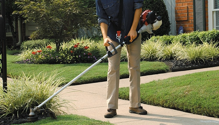 From the grass line to thick weeds, a handheld Honda trimmer offers exceptional comfort, efficiency and performance.