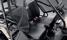 La cabine spacieuse et le siège de type banquette sont conçus pour accueillir deux passagers en tout confort. Les ceintures de sécurité de type automobile à 3-points d'ancrage, rétracteur (enrouleur) et blocage d'urgence (ELR) et la robuste structure de protection des occupants contribuent à la sécurité. Pour une sécurité accrue, un limiteur de vitesse empêche le véhicule de dépasser 24 km/h s'il détecte qu'un occupant n'a pas bouclé sa ceinture de sécurité.