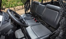 La banquette profilée deux passagers du Pioneer 700 offre beaucoup de place et permet d'entrée et de sortir du véhicule facilement.