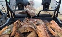 La caisse de chargement basculante avec assistance hydraulique peut contenir jusqu'à 454 kg (1 000 lb), tandis que la prise d'attache-remorque réceptrice de 2 pouces très résistante est prête à tracter jusqu'à 680 kg (1 500 lb).
