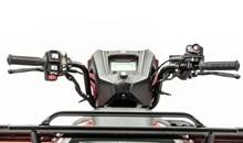 Le nouveau levier de marche arrière électrique intégré vous permet de sélectionner la marche arrière sans jamais lever la main du guidon. De plus, vous n'avez plus besoin de passer au point mort. Vous pouvez maintenant passer directement de la marche avant à la marche arrière ce qui est idéal pour les manoeuvres de déneigement ou les espaces étroits.