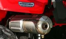 Le robuste moteur de 420 cm<sup>3</sup> à soupapes en tête, injection de carburant et refroidissement liquide est monté longitudinalement pour offrir un alignement direct des arbres vers les roues avant et arrière et une efficacité d'entrai^nement maximale.