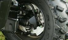 Les freins à disque hydrauliques avant de grand diame`tre (190 mm) offrent une puissance de freinage supérieure et uniforme. Le frein arrie`re à tambour est situé à l'intérieur de la roue arrière droite pour une durabilité et une garde au sol accrues.